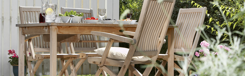 Gartenmöbel aus Holz reinigen und pflegen - bauSpezi Baumarkt